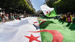 """Des manifestants défilent dans les rues d'Alger le 31mai2019, pour maintenir la pression sur le """"système"""" à la tête du pays."""