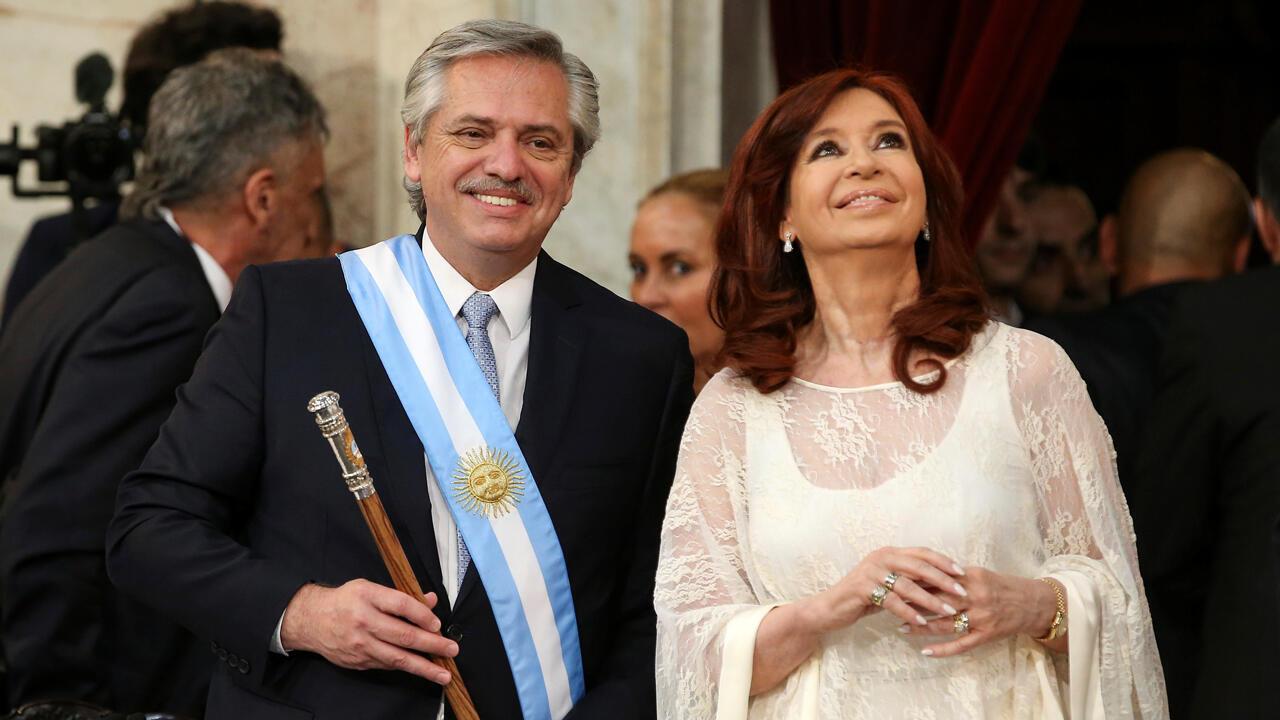 El presidente de Argentina, Alberto Fernández, toma posesión junto a la nueva vicepresidenta Cristina Fernández de Kirchner, después de que jurara como máxima autoridad ejecutiva y política de Argentina, en Buenos Aires, el 10 de diciembre de 2019.