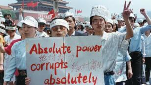 """""""Un poder absoluto corrompe absolutamente"""" se podía leer en una pancarta de un grupo de periodistas que apoyaba la protesta a favor de la democracia en la Plaza de Tiananmen, Beijing, China, el 17 de mayo de 1989."""