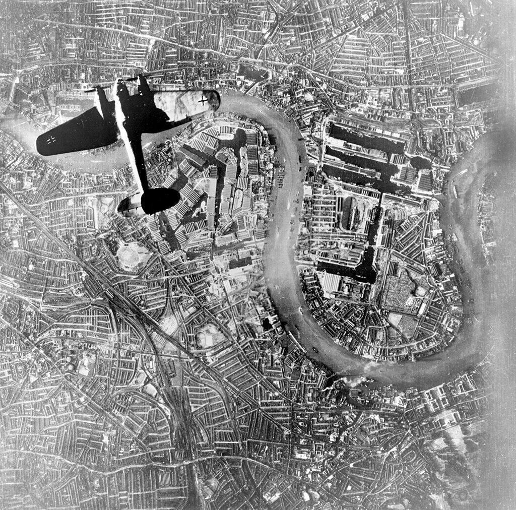 Un bombardier allemand au-dessus du quartier d'East End à Londres, lors du début du Blitz, le 7 septembre 1940.