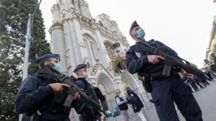Des policiers devant la basilique Notre-Dame, à Nice, le 29 octobre, après l'attaque au couteau qui a fait trois morts.