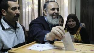 المرشح السابق للسلفيين في مصر حازم صلاح أبو اسماعيل يقدم أوراق ترشحه، 31 مارس/آذار 2012