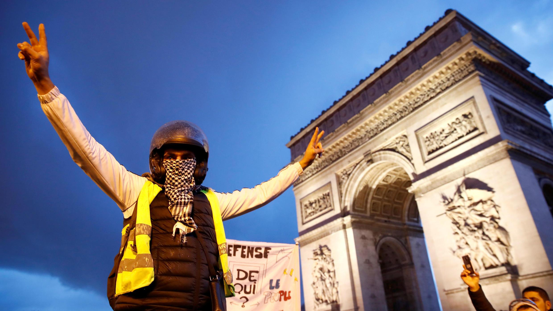 Un manifestante participa en una manifestación del movimiento 'chalecos amarillos' cerca del Arco de Triunfo en París, Francia, 22 de diciembre de 2018.