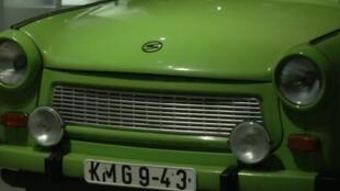 Une Trabant 601, l'iconique voiture de la RDA, exposée au musée du Pfefferberg, à Berlin.