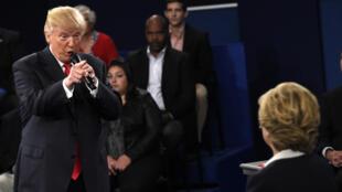 الصحافة الأمريكية حملت على دونالد ترامب بعد المناظرة الثانية أمام هيلاري كلينتون. 2016/10/10.