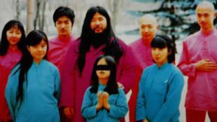 Fotografía de archivo sin fecha, que muestra al líder de culto, Shoko Asahara (centro), acompañado por otros miembros.