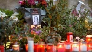 Des fleurs et des bougies, le 16 avril 2018, en mémoire à la journaliste maltaise Daphne Caruana Galizia, tuée en 2017 dans un attentat à la voiture piégée
