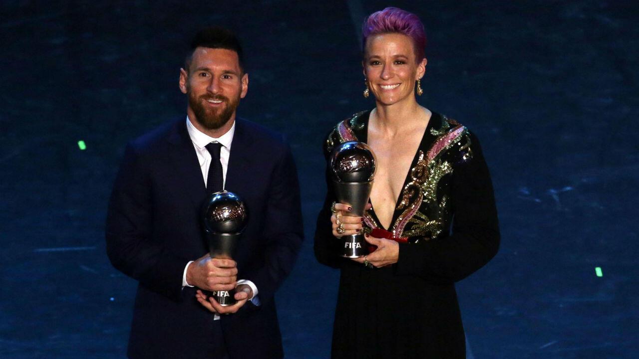 """La co-capitana del equipo de fútbol femenino de Estados Unidos, Megan Rapinoe, y el argentino y defensa del Barcelona, Lionesl Messi, obtuvieron el premio de la FIFA """"The Best"""", en Milán, Italia, el 23 de septiembre de 2019."""