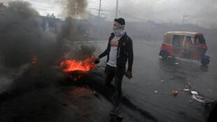 Un partidario de la oposición carga piedras durante una protesta después de que la Organización de Estados Americanos rechazara una declaración de victoria para el presidente hondureño Juan Orlando Hernández en una elección muy disputada, en Tegucigalpa, Honduras el 18 de diciembre de 2017.