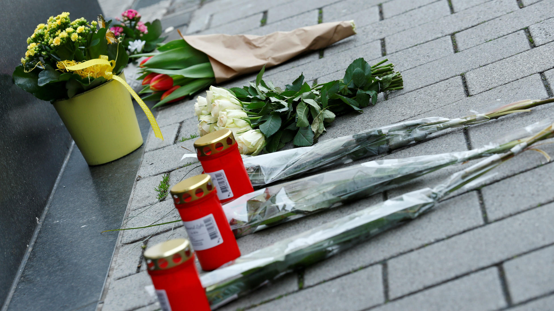 Flores y velas adornan el bar Midnight, uno de los lugares en donde abrió fuego el sospechoso del ataque en Hanau, Alemania. 20 de febrero de 2020.