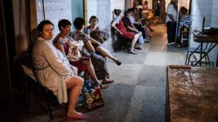 Les patients d'un hôpital de Donetsk réfugiés dans un abri pendant les bombardements, en août 2014.