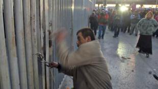 Un parent d'un détenu de la prison de Topo Chico tente de pénétrer dans le centre pénitentiaire après la mutinerie, le 11 février 2016.