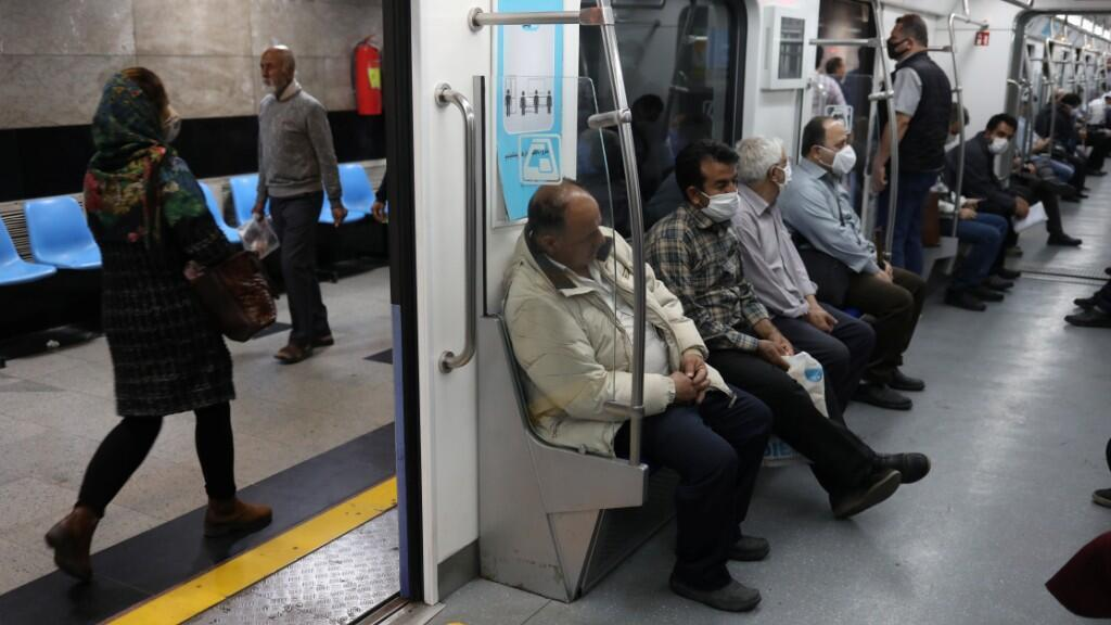 Pasajeros en el metro de Teherán portan mascarillas para protegerse del Covid-19. El próximo sábado, 30 de mayo, todos los empleados del país volverán a sus trabajos. 20 de mayo de 2020.