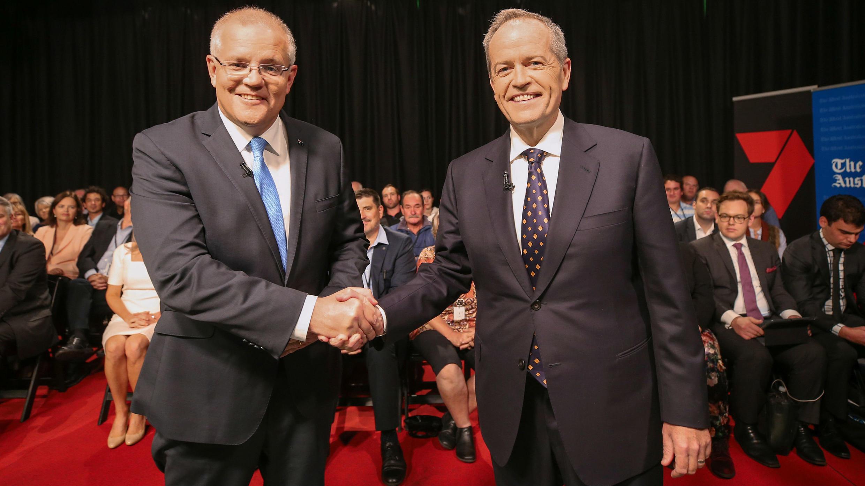 El primer ministro Scott Morrison y el líder laborista Bill Shorten estrechan sus manos antes del debate televisado en Perth, el 29 de abril de 2019.