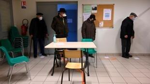 Des personnes âgées attendent la vaccination à Fougères (ouest), le 19 janvier 2021