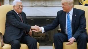 الرئيس الأمريكي دونالد ترامب (يمين) مصافحا نظيره الفلسطيني محمود عباس في البيت الأبيض في 3 أيار/مايو 2017