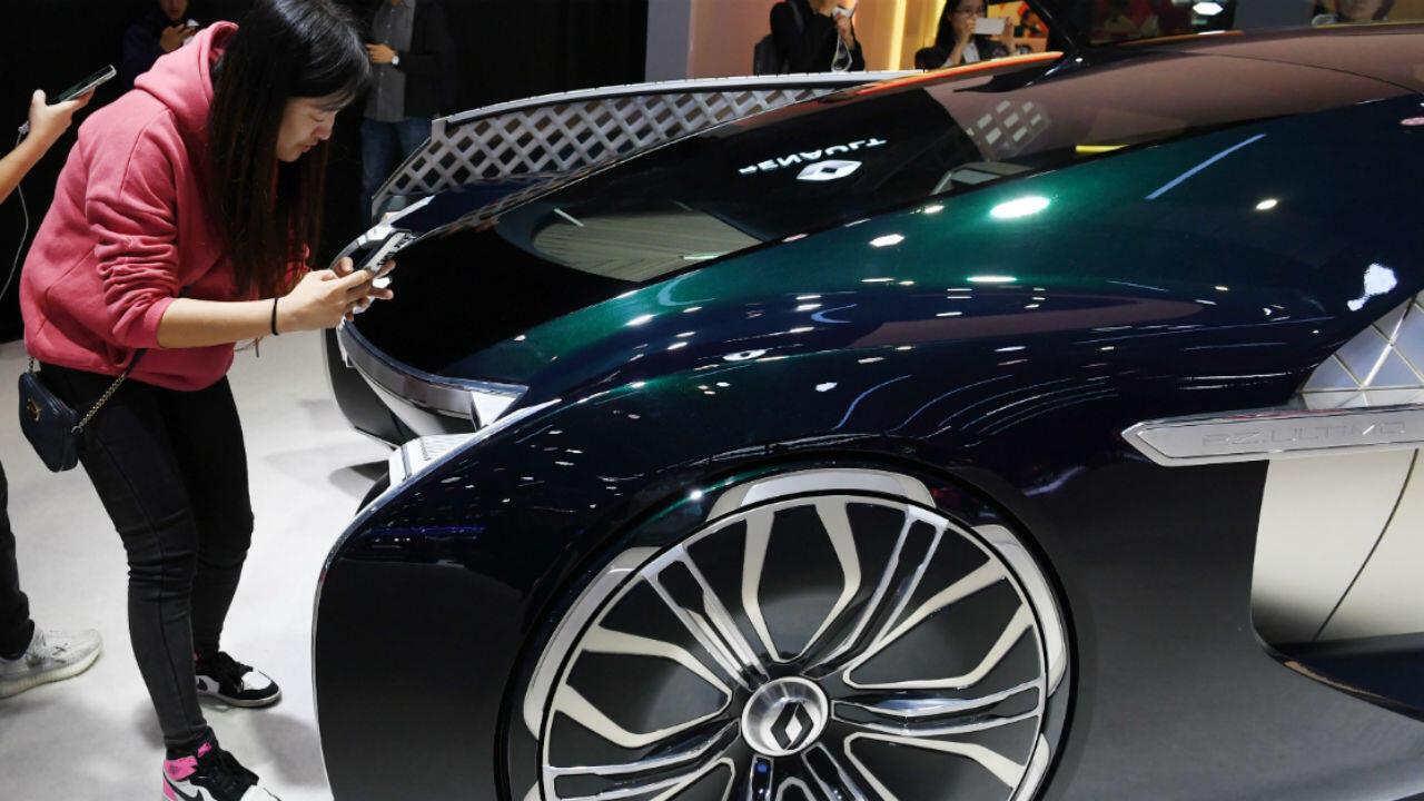 Des visiteurs prennent des photos de la Renault concept EZUltimo lors de l'ouverture du salon de l'auto de Shanghai, le 16 avril 2019.