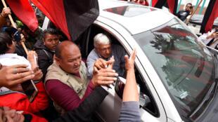 El candidato mexicano a la presidencia del partido MORENA, Andrés Manuel López Obrador (AMLO), saluda a los partidarios después de una campaña electoral en Los Reyes Acaquilpan, municipio de La Paz, estado de México, el 20 de junio de 2018 antes de las elecciones del 1 de julio.