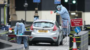 Des policiers scientifiques examinent la voiture utilisée lors de l'attaque contre le Parlement britannique.