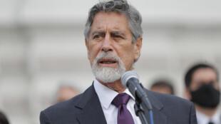 El centrista Francisco Sagasti habla con la prensa tras ser elegido presidente interino de Perú por el Congreso, el 16 de noviembre de 2020, en Lima