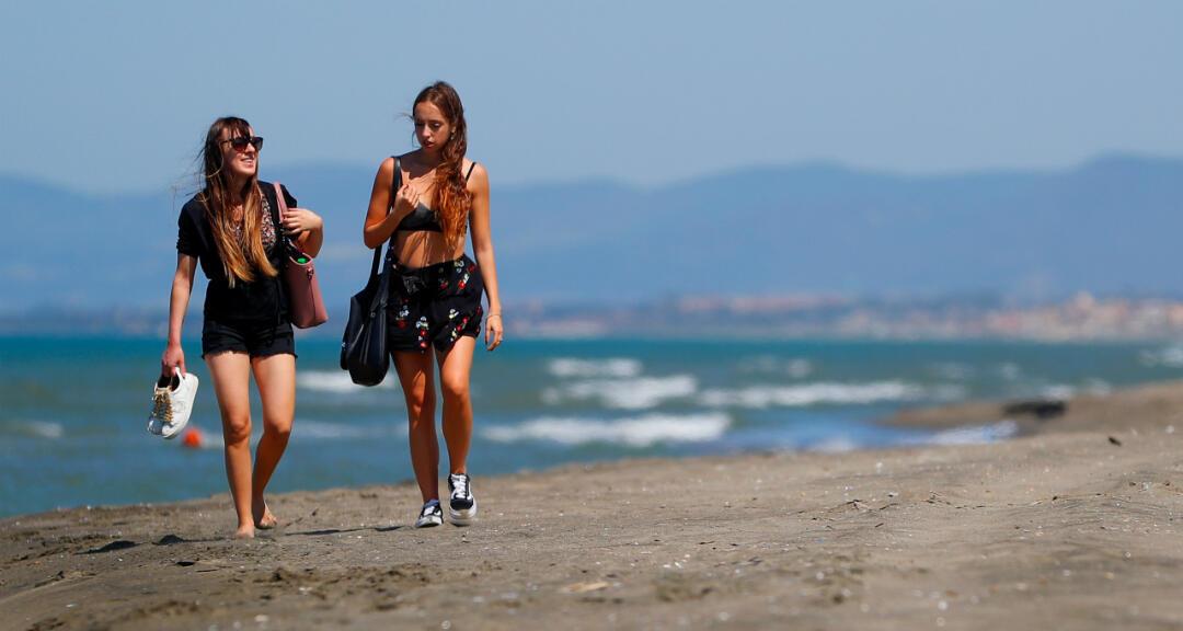 La gente disfruta del clima soleado en la playa de Fregene, mientras italia vive el alivio de algunas medidas de bloqueo tras superar el pico del brote de coronavirus en el país. Fregene, cerca de Roma, Italia, el 21 de mayo de 2020.