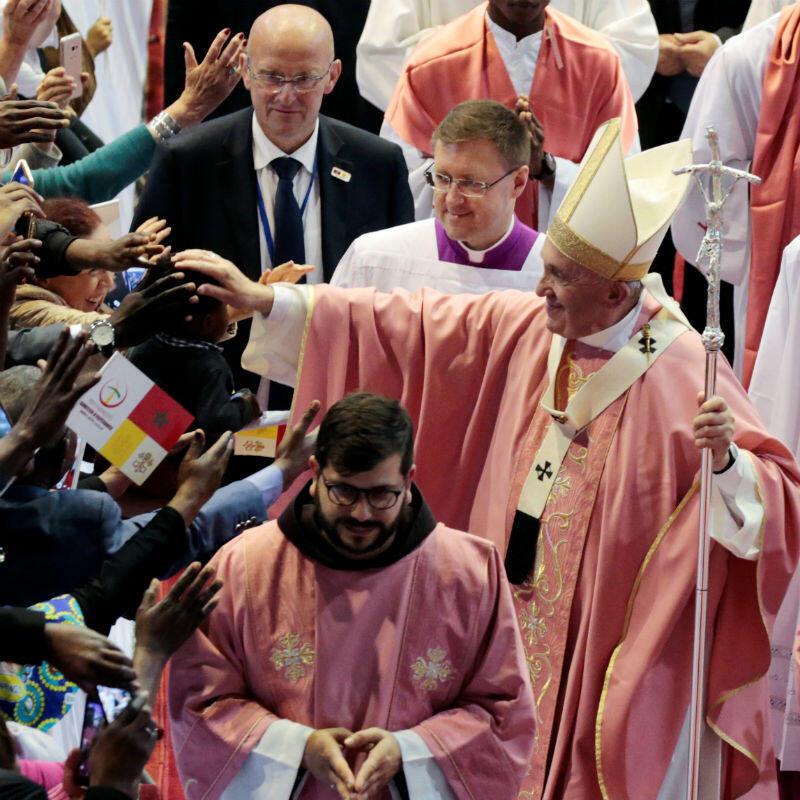 El Papa Francisco saluda a los feligreses durante una misa, en Rabat, Marruecos, el 31 de marzo de 2019.