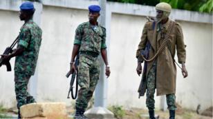 Des soldats manifestent à proximité de l'état-major de l'armée ivoirienne vendredi 12 mai.