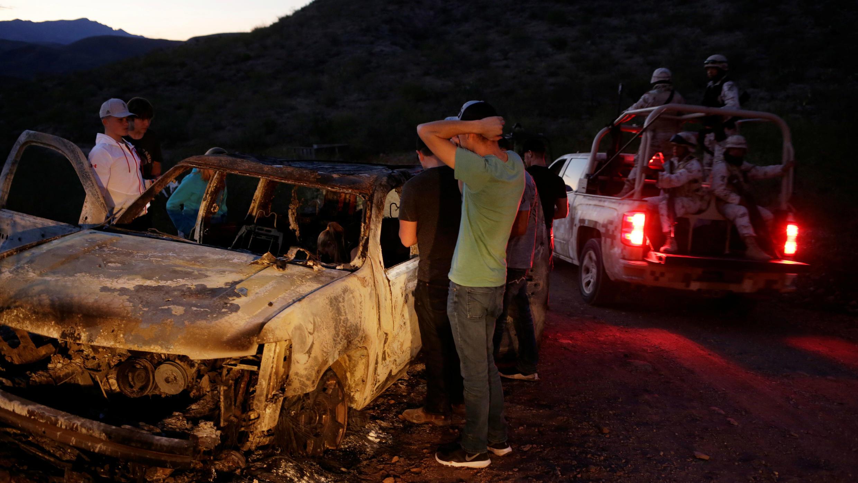 Des proches devant le véhicule calciné des membres de la communauté mormone tués au Mexique.