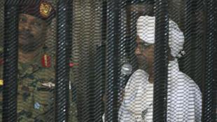 L'ex-président soudanais Omar al-Béchir à l'ouverture de son procès pour corruption, en août 2019 à Khartoum