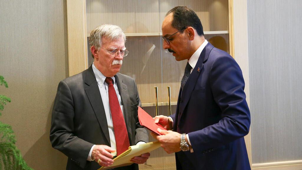 El Asesor de Seguridad Nacional de los Estados Unidos, John Bolton, y su homólogo turco, Ibrahim Kalin (R), se reunieron en el Palacio Presidencial en Ankara, Turquía, el 8 de enero de 2019.