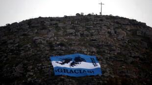 Un hombre junto a una cruz en la colina La Barrosa en islas Falkland, conocidas como Las Malvinas en Argentina, el 1 de abril de 2018.