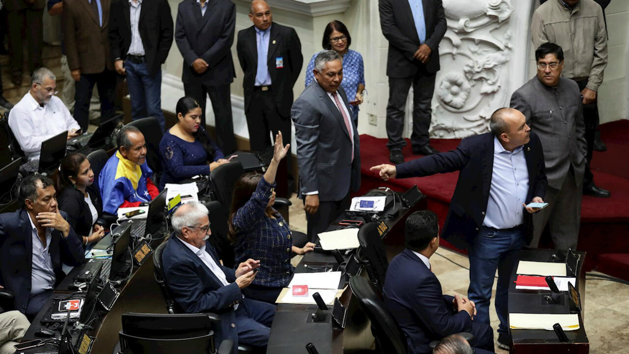 El diputado oficialista Francisco Torrealba (d) habla frente a sus colegas chavistas durante una sesión de la Asamblea Nacional este martes 24 de septiembre de 2019, en Caracas, Venezuela.