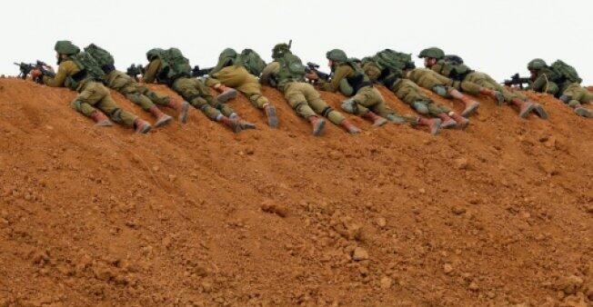 جنود إسرائيليون متمركزون عند الحدود مع قطاع غزة خلال مواجهات مع متظاهرين فلسطينيين في 30 آذار/مارس 2018