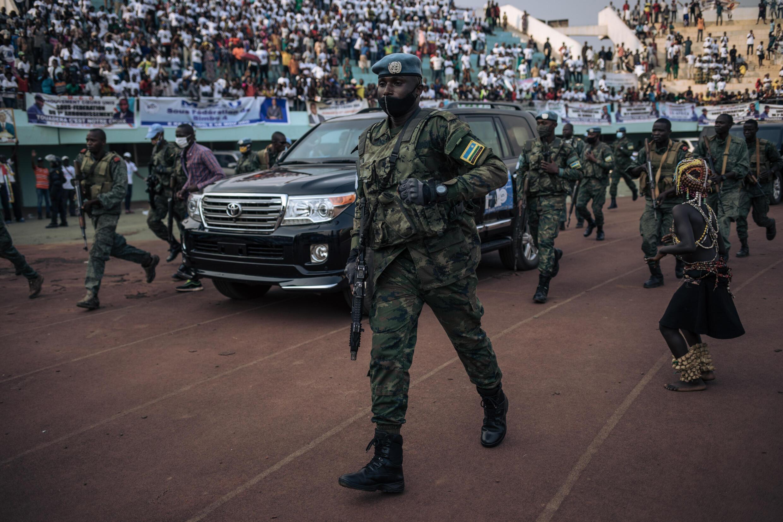 رئيس إفريقيا الوسطى عند وصوله إلى ملعب في إطار حملة الانتخابات الرئاسية في بانغي في 19 كانون الأول/ديسمبر 2020
