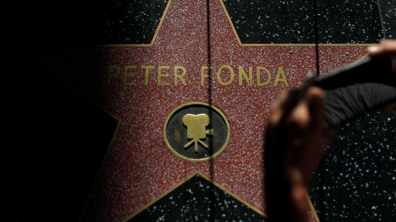 La estrella de Peter Fonda recibe a varias personas en el Paseo de la Fama de Hollywood en Los Ángeles, California, EE. UU., el 16 de agosto de 2019.