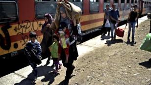 Une femme et son enfant à Tabanovce, en Macédoine, le 30 août 2015.