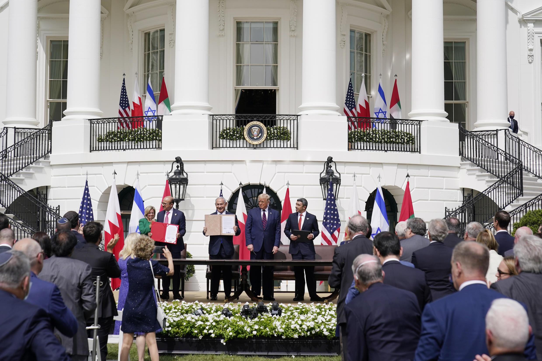 Le président Donald Trump, à côté du ministre des Affaires étrangères de Bahreïn Khaled ben Ahmed Al Khalifa, du Premier ministre israélien Benjamin Netanyahu et du ministre des Affaires étrangères des Émirats arabes unis Abdullah ben Zayed al-Nahyan, lors de la cérémonie de signature des accords d'Abraham à la Maison Blanche, mardi 15 septembre 2020, à Washington.