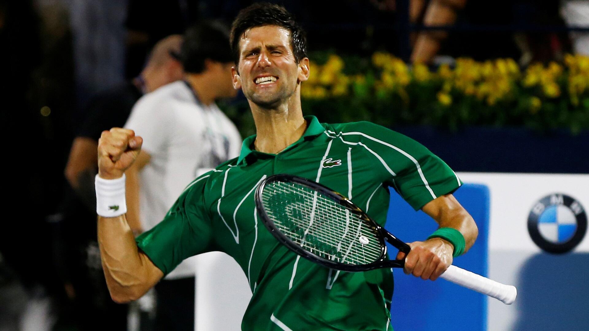 الصربي نوفاك جوكوفيتش متصدر الترتيب الدولي للاعبي التنس المحترفين يحتفل بفوزه في المباراة النهائية لبطولة دبي، 29 فبراير/شباط 2020.