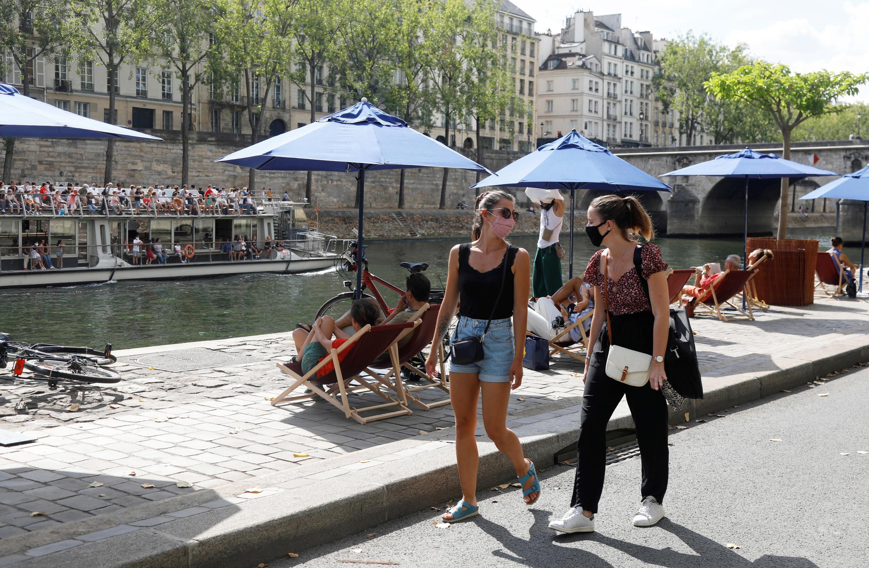Mujeres caminan con una máscara por las calles de París en medio de un incremento de los casos de Covid-19.