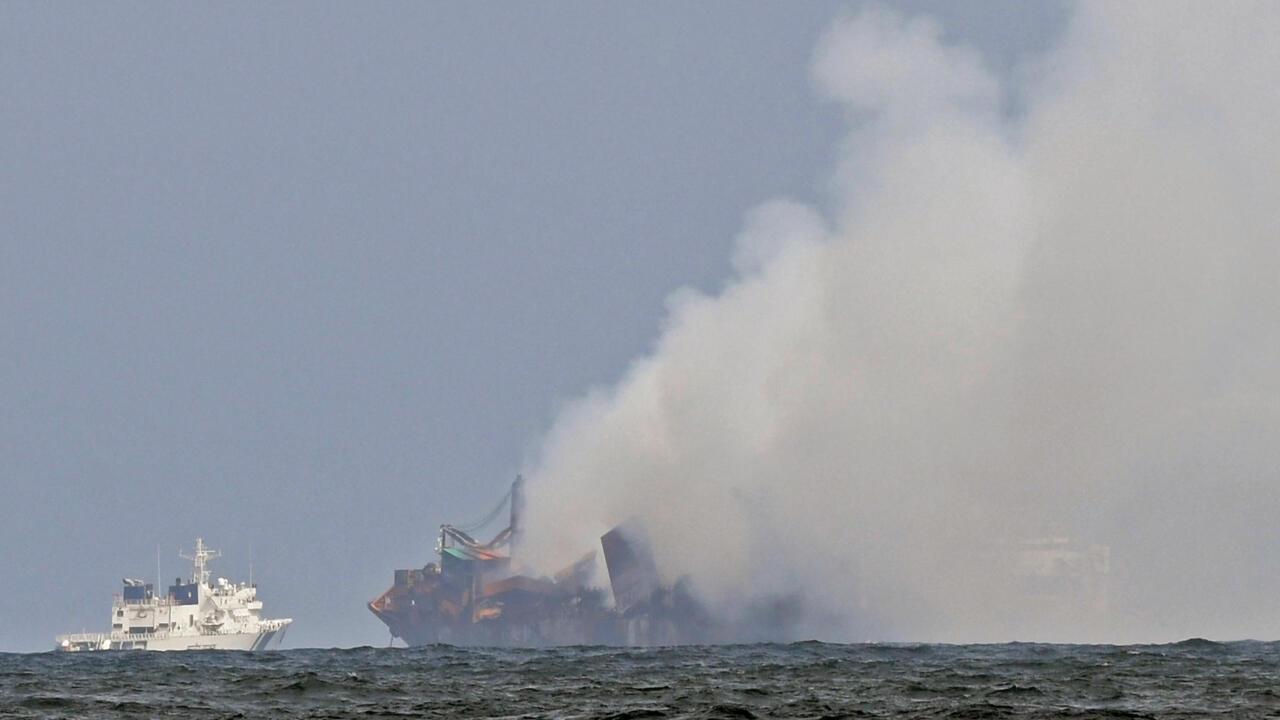بحرية سريلانكا تحذر من خطر غرق وشيك لناقلة الحاويات قبالة سواحل كولومبو