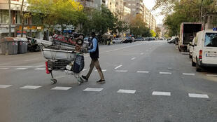 La gran mayoría de los recicladores informales de Barcelona son migrantes subsaharianos sin documentación que recogen chatarra para sobrevivir.