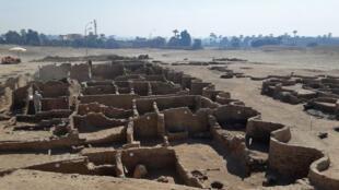 Photo diffusée par le ministère des Antiquités égyptien le 8 avril 2021, montrant une ville antique de plus de 3.000 ans récemment découverte sur la rive ouest du Nil, près de Louxor