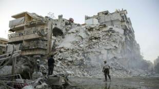 Un membre de la Défense civile syrienne dans les décombres d'un immeuble à Alep, le 17 septembre 2016.