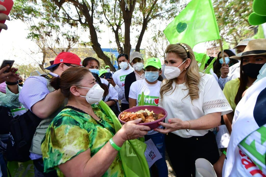 Jeanine Áñez, presidenta transitoria de Bolivia y candidata por el frente Juntos, saluda a una seguidora en la ciudad de Santa Cruz.