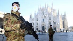 جنود أمام كاتدرائية ميلانو، 24 فبراير/شباط 2020.