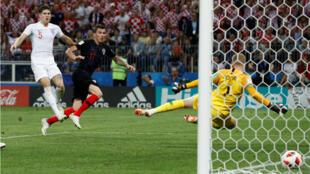 ماندزوكيتش يسجل هدف الفوز لكرواتيا على إنكلترا 2-1. 2018/07/11