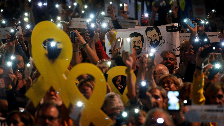 Miles de ciudadanos protestan en la Plaza de Cataluña para pedir la liberación de los Jordis, el 16 de octubre de 2018.