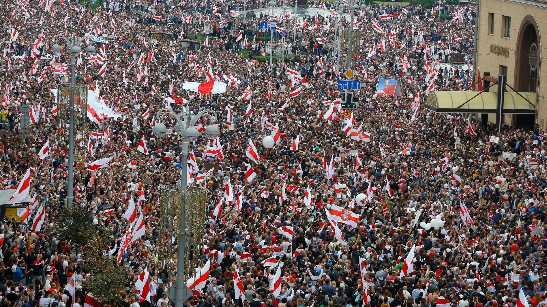 Decenas de miles se reúnen para una protesta en Minsk, Bielorrusia, el domingo 23 de agosto de 2020.
