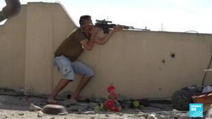 Un combattant libyen de la milice de Misrata, sur le front de Aïn Zara, dans la banlieue de Tripoli.