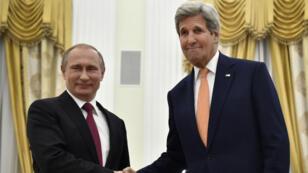 Le président russe, Vladimir Poutine, et le secrétaire d'État américain, John Kerry, se sont réunis à Moscou le 24 mars 2016.
